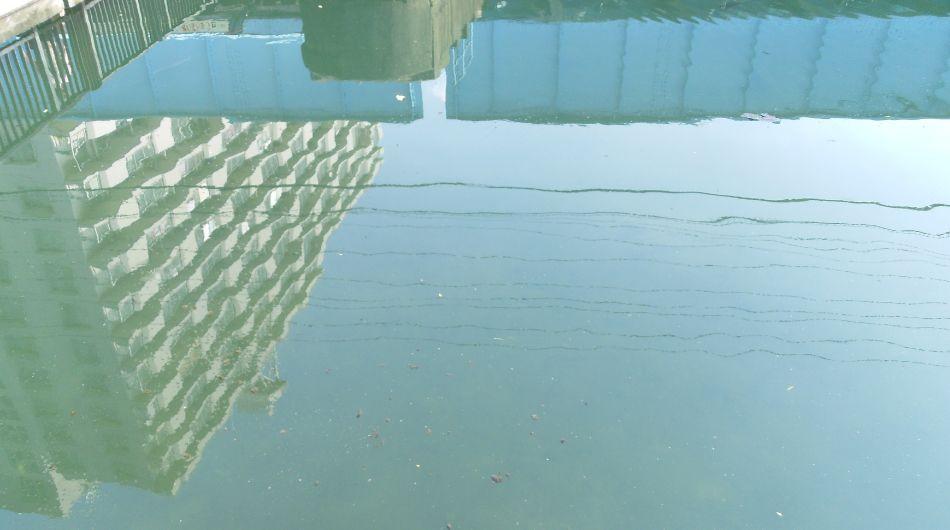 水に囲まれた団地