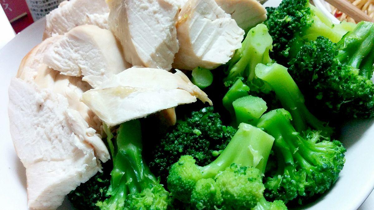筋肉飯の定番は鶏胸肉とブロッコリー